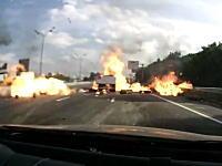 荒ぶるガスボンベの真後ろを走っていた車の車載映像があった。これは怖い