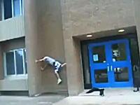 あぶねえ(@_@;)忍者上りで建物の壁を登っていた少年が頂上付近で力尽きて落下