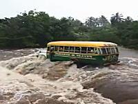 乗客満載のバスが洪水で増水した川に挑む⇒流されて横転し2名が死亡。サモア