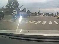 これは怖い。クレーン車が電線を引っ掛けて横断していた女性がバチバチビカビカ