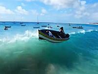 波に船首を向けろ!横から大波を食らって転覆してしまう二人乗りの小舟。