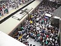 北京の地下鉄の朝のラッシュアワーが凄いと海外で話題に。ドア前の攻防www