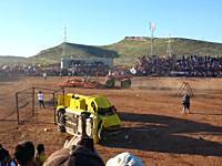モンスタートラックが観客席に突っ込み9人が死亡、負傷者79人の事故の映像。