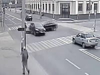 MAZDA車に高速メルセデスが突っ込み2名が即死した酷い事故の映像。歩道の人ギリ