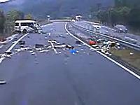 日本の高速道路で事故った1BOX車から乗員3名が投げ出される瞬間を撮影した車載
