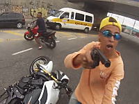 拳銃を突きつけてバイクを奪おうとした少年が偶然居合わせた警官に射殺される。