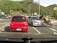 外国人だったのか。右折車が逆車線に突っ込んで信号待ちのライダーが飛ばされる。