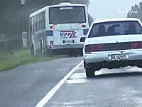 強風に煽られたバスが道路を反れてオフロードバスになってしまう車載ビデオ。