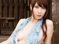 小林恵美 ビーチ、白のビキニ水着を身につけて豊満なスラリとしたボディラインを魅せる