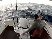 カジキ釣りでカジキがボートに飛び込んで釣り人がボートから飛び出した!?