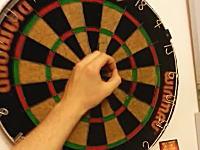 ハードダーツで(((゚Д゚)))的の中心(Bull)に指で輪っかを作ってそこに投げる。