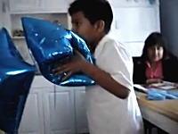 風船のヘリウムガスを吸い過ぎた少年が窒息状態になりぶっ倒れてしまう。