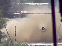 戦車の主砲を真正面から食らったカメラが向かってくる砲弾を鮮明に記録していた