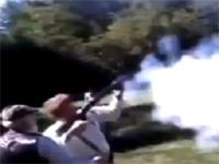 笑えるものから笑えないものまで。反動で人が吹っ飛ぶ!銃のアクシデント映像集