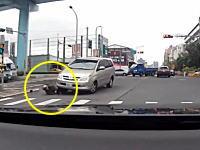 車に激しく衝突したバイクの人が道路と車体の間に挟まれてそのままズリズリと