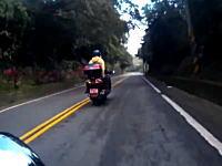 避けるの100%不可能。カーブを攻めていたスクーターが転倒して巻き込まれた車載
