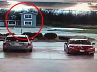 竜巻のパワーが良く分かる衝撃映像。目の前の家が一瞬のうちに消失・・・。