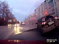 えええ!?道路のアスファルトが突然盛り上がり走ってきた車がドーン!車載。