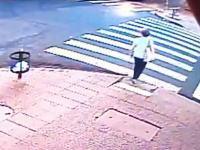 うわっ!横断しようとしていたおばちゃんが事故ったタクシーにぶっ飛ばされる