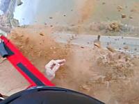 崖ジャンプ失敗で何度も岩面に叩きつけられながら落ちていく男性のビデオ。
