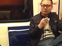 日本人になりすまして電車内で迷惑行為(喫煙)を行う男の動画がキテタゾ。