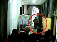 廊下の人たちに向かって手榴弾を投げつける。病院内同時多発テロの映像が公開される