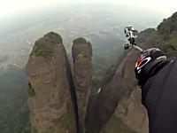 命がけの挑戦。ムササビ男が時速160キロでわずか数メートルの岩の間を飛び抜ける