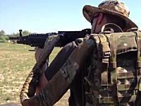 バックパックから弾丸を供給して5.56mm弾を800発連射できる軽機関銃システム