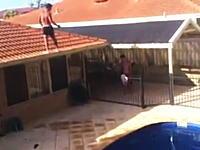 屋根から庭のプールへのバックフリップ飛び込みが結構ギリギリで怖い動画。