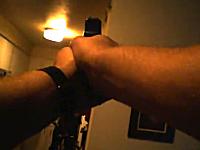男を射殺する瞬間の警察官視点の緊迫した映像。ナイフを置け!バンバンバン。