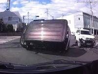 撮影者の目の前で起きた事故で軽四が横転してしまう。巻き込まれなくて良かった。