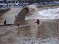 自然の力を甘く見過ぎた女性が波にさらわれ数百メートル流されてしまう映像。