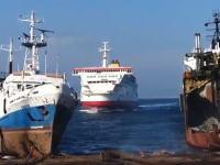 大きな船が陸に突っ込んでくる迫力の映像。これは船の墓場的なところかな。