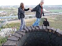 煙突のてっぺんでお散歩してみた・・・。想像するだけでガクブル高所恐怖症動画