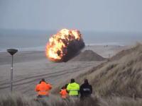 砂浜でドーン!オランダで行われた第二次大戦時の機雷の爆破処理の映像。