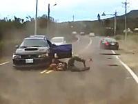 事故の瞬間ドライブレコーダー。車から投げ出された人が自らの車に轢かれる