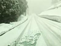 スタッドレス+4駆の車でも雪道には気を付けなければならない車載。簡単に回る