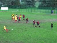 サッカー動画。ゴールを決めて喜びまくってたヤツが一発レッドカードにwww