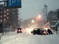 大雪の日の神奈川〜東京を走ってみた動画。慣れない雪に四苦八苦する人たち。