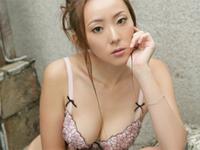 和泉由希子 海岸でパープルのビキニ水着を身につけてセクシーポーズ