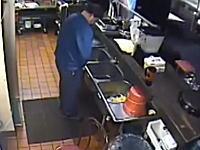 これは酷い。ピザハットのキッチンでおしっこして解雇されたヤツの監視カメラ映像