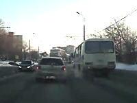 海外でトヨタヴィッツとカローラが巻き込まれた事故の瞬間がKOEE!ビックリ注意
