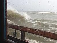 「海の見えるレストラン」で大波に襲われた人たちが悲惨すぎるwwwww
