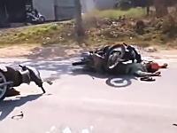 飲酒運転か?フラフラしていたバイクが対向車のバイクと正面衝突を起こす瞬間