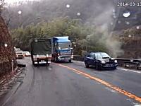 事故現場。脱輪したトラックのタイヤが直撃したインプ。それって例のリコール隠し?