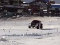 車で101メートル越えの大ジャンプ世界記録を狙った挑戦で大クラッシュ。その映像。
