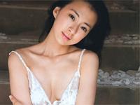 梅宮万紗子 プールサイドで黒の水着をまとってボディラインをセクシーに魅せる