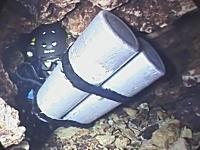 想像するだけで恐ろしい。ボンベを背負えないほど狭い水中洞窟に潜るビデオ。