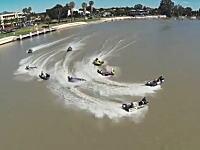 狭い水路をハイパワーエンジンを搭載したアルミボードで駆け抜けるレースが熱い