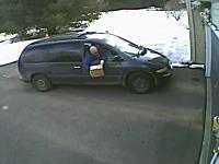 手抜きすぎる郵便配達。ドライバーが車から荷物をぽいっ!と投げて配達完了